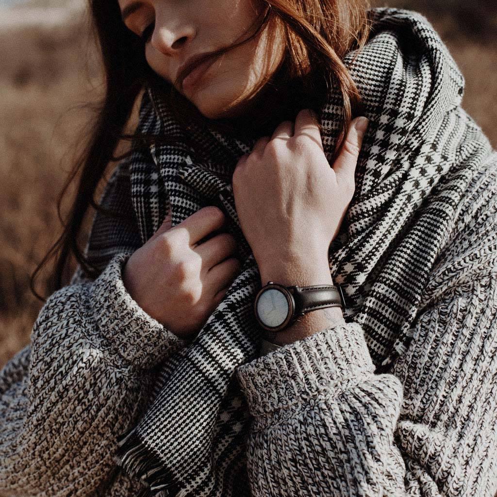 woodwatch kvinnor träklocka minimal kollektion 34 mm diameter brown walnut jet petite valnötsträ svart läderband
