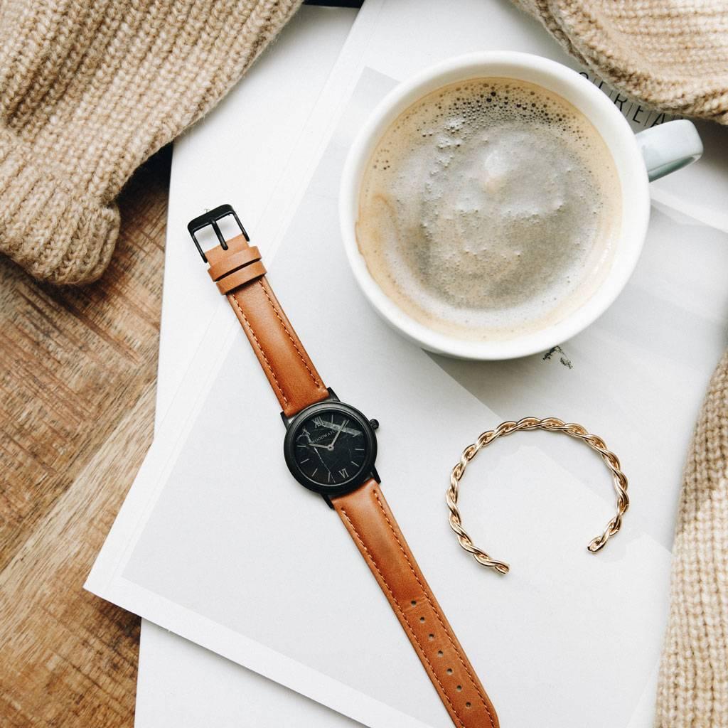 En kombination av unika material med en minimalistisk design för att skapa en tidlös look. Varje design kännetecknas av en kombination av vackert ådrat trä med armband i genuint läder. Inspirerad av dagens kvinnor runt om i världen, globetrottern, resenär