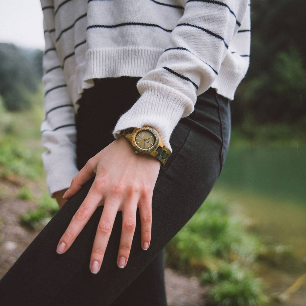 Utålmodig udlængsel og jagten på nye eventyr. Dét er inspirationen bag tilblivelsen af ORIGINAL Kollektionen. Håndlavede træure der fejrer naturens rå elementer, som samlet udgør verdens skønhed. Hvert ur er et statement i sig selv samt en god følgesvend,