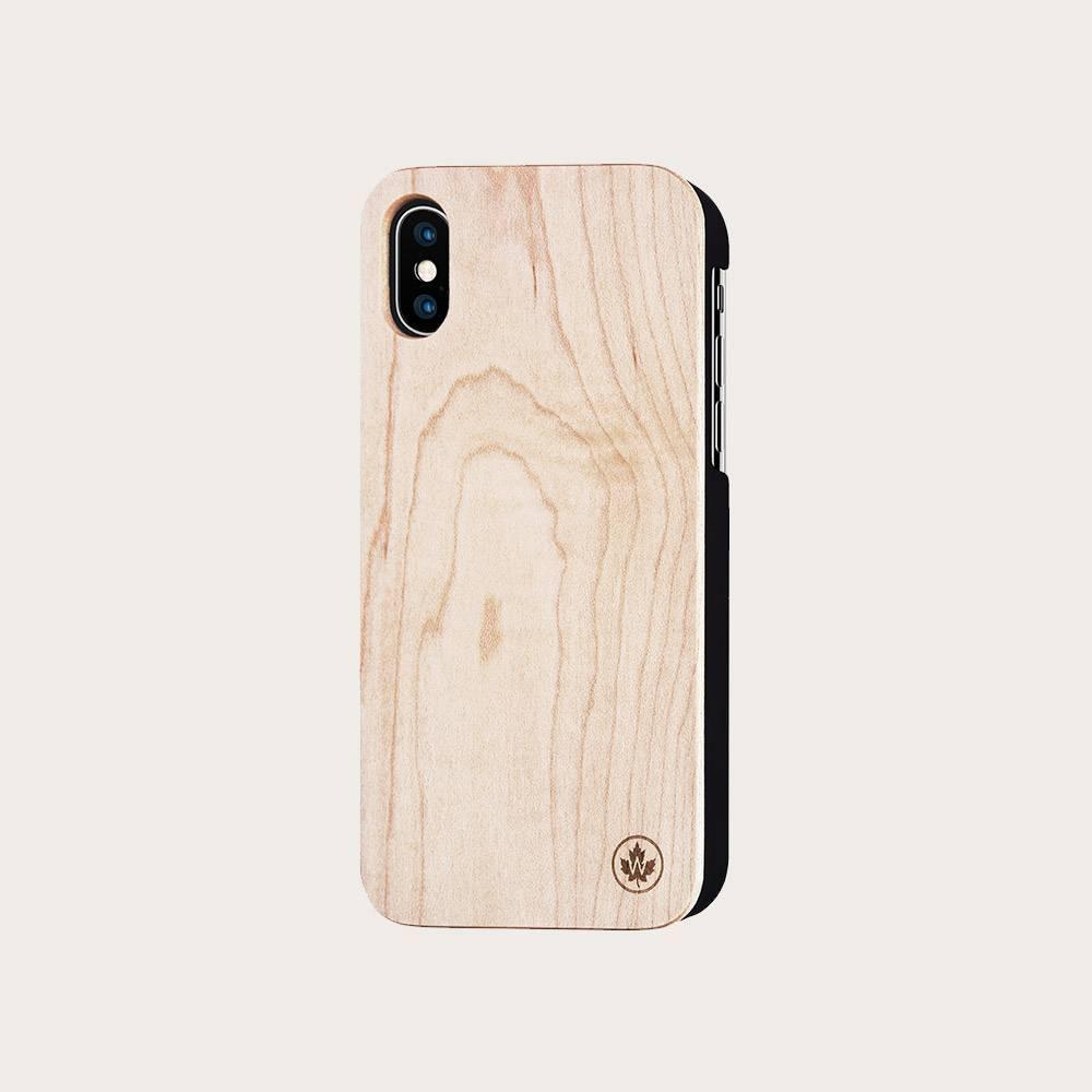 De håndlavede iPhone covers har et ultratyndt design, som sikkert beskytter din telefon. Ahorn-coveret er laserskåret, håndslebet i sand og endeligt imprægneret med olie, der giver coveret et råt men raffineret look. Vores håndlavede Walnut og Maple iPhon