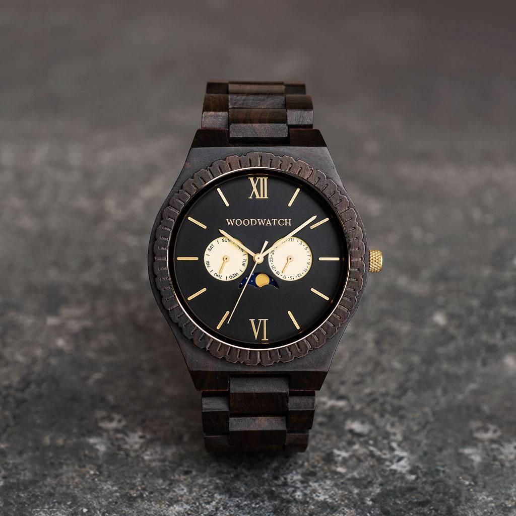 Denna premiumdesignade klocka med månfasvisning kombinerar unika träslag, en lyxig bakboett i rostfritt stål och en mattsvart urtavla. GRAND Night Gaze är den allra första klockan att använda en ny design av sammansatt trä, där vi kombinerar två träslag,