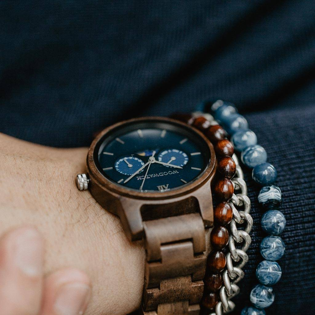 CLASSIC Kollektionen är en sofistikerad nytolkning av WoodWatchs klassiska design. Den tunna boetten ger ett elegant uttryck samtidigt som klockorna är försedda med en unik månfaskalender och två extra urtavlor för vecka och månad.CLASSIC Mariner är till