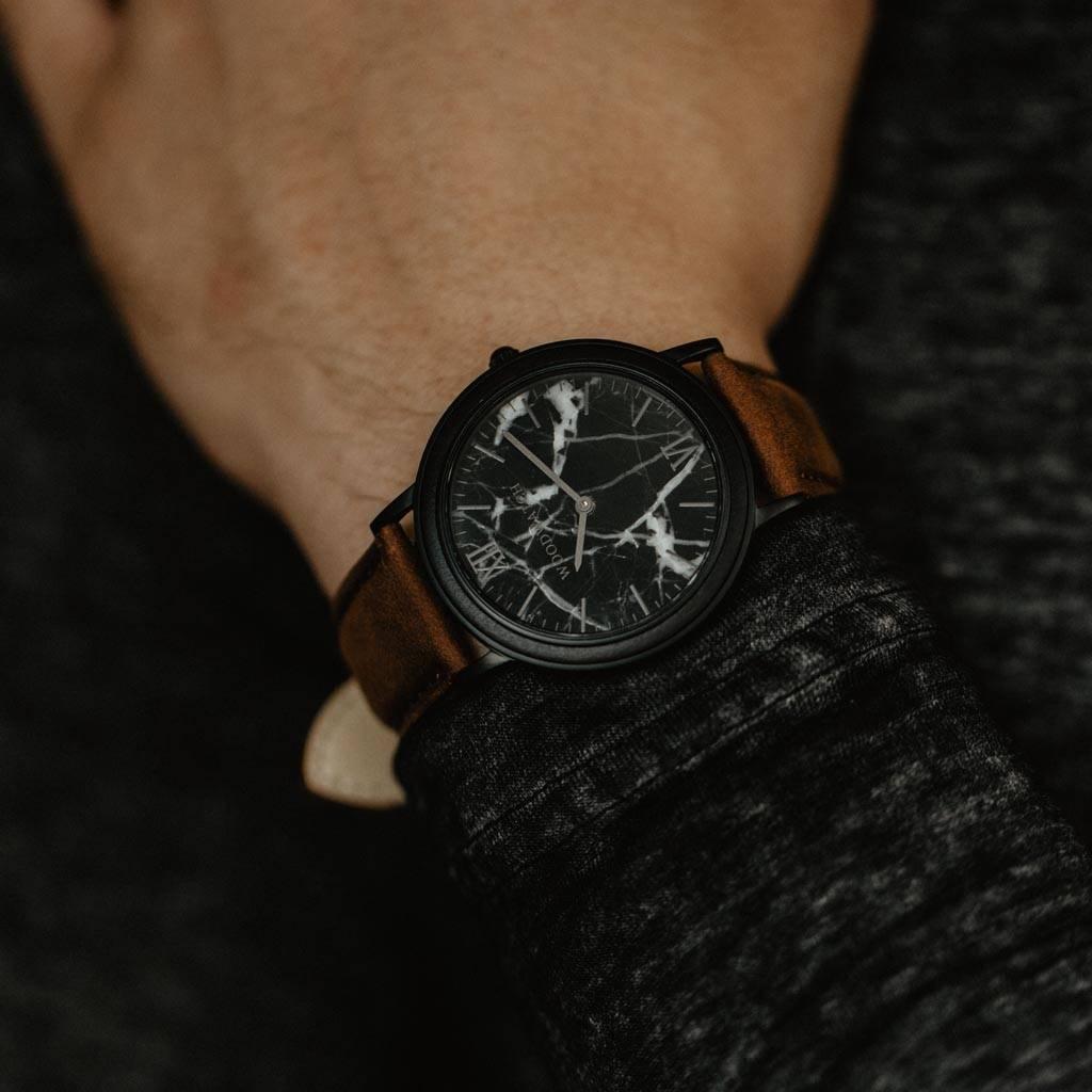 woodwatch män träklocka minimal kollektion 40 mm diameter black marble pecan marmor ebenholts trä brunt läderband