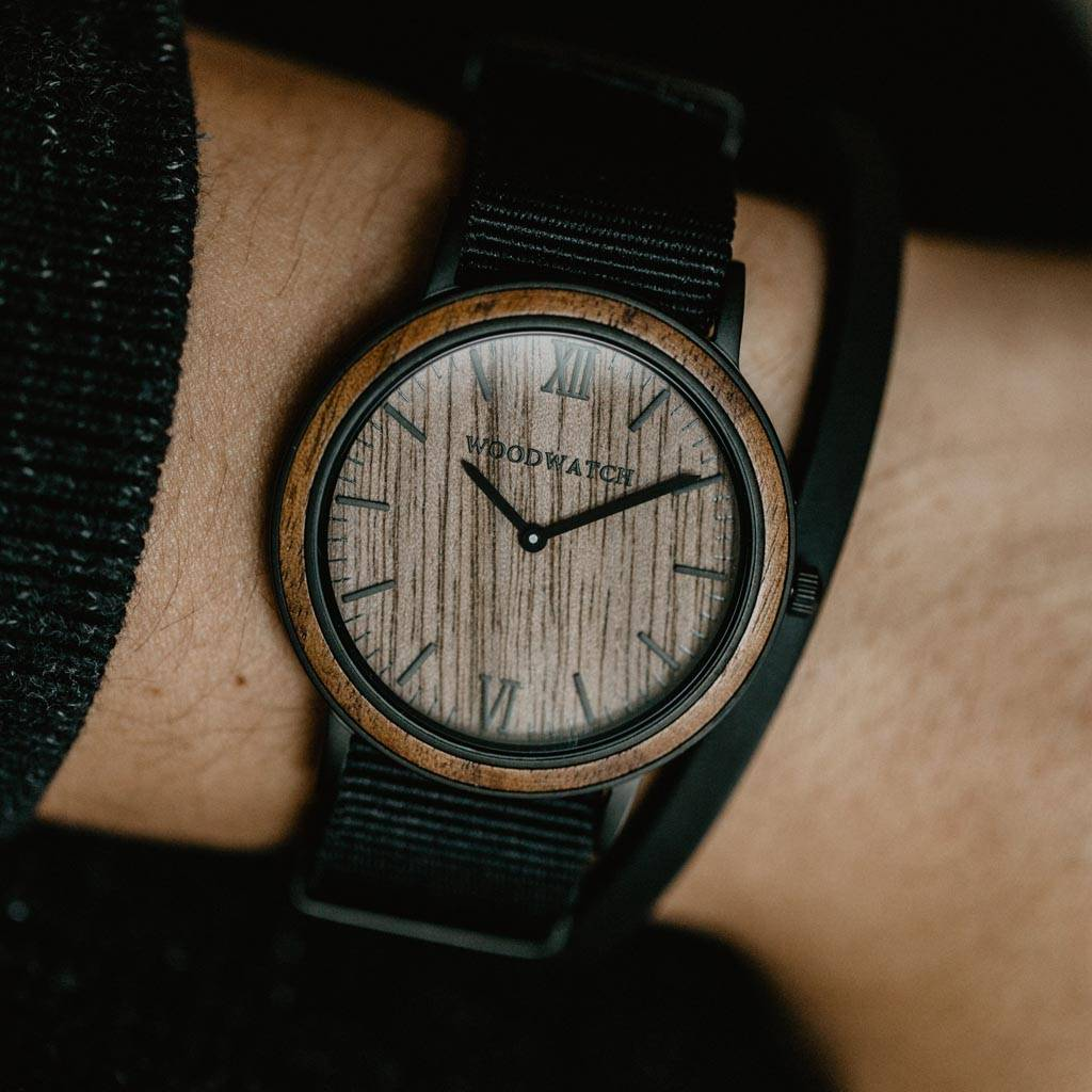 woodwatch mænd træ ur minimal kollektionen 40 mm diameter brown walnut onyx valnøddetræ sort nylonbånd