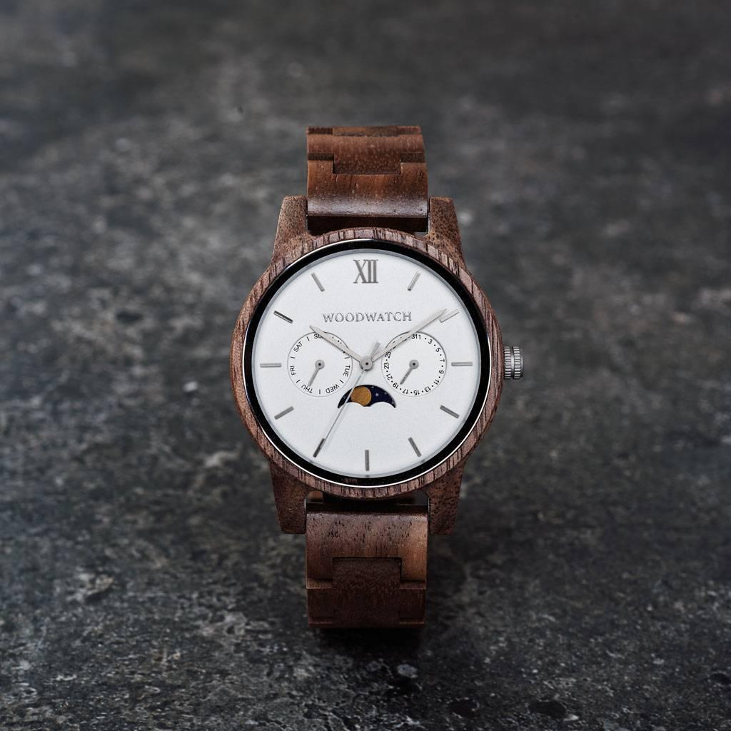 CLASSIC Kollektionen är en sofistikerad nytolkning av WoodWatchs klassiska design. Den tunna boetten ger ett elegant uttryck samtidigt som klockorna är försedda med en unik månfaskalender och två extra urtavlor för vecka och månad. CLASSIC Ghost är tillve