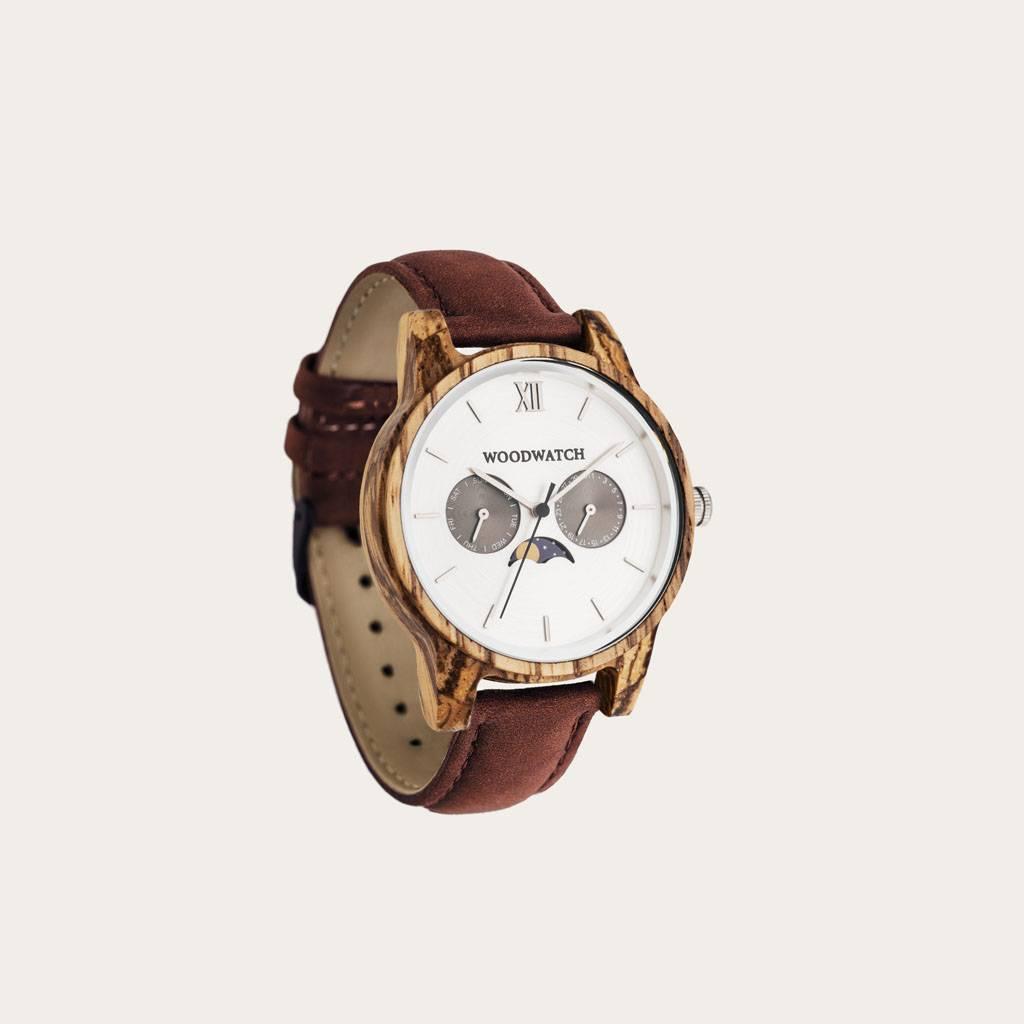 Classic Kollektionen gentænker æstetikken bag det originale WoodWatch ur. Den slanke ramme giver uret sit klassiske look, som kontrasteres af det topmoderne, multifunktionelle månefase-urværk, som har to ekstra urskiver, der måler uger og måneder.CLASSIC