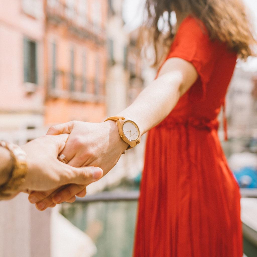AURORA Kollektionen er inspireret af den friske, skandinaviske natur og utrolige nordiske himmel. Det fjerlette ur er fremstillet af europæisk oliventræ med en urkasse i let, rustfrit stål, der skinner i gyldne toner. Amber Urremmen er fremstillet af ægte