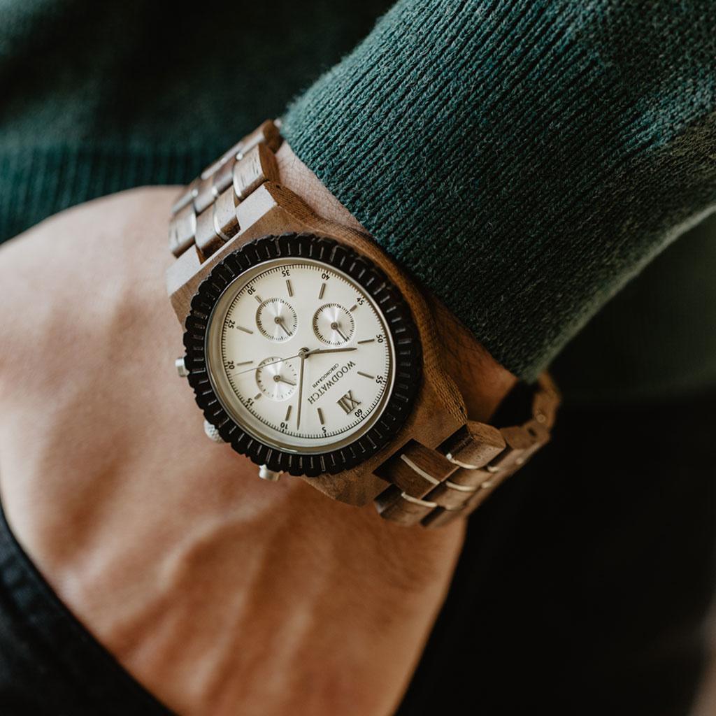 Förbered dig för äventyr med vårt fullt utrustade, handtillverkade armbandsur Chronograph. Denna premiumdesignade klocka består av en 45mm boett i valnötsträ, urtavla i vitt rostfritt stål tillsammans med ett SEIKO VD54 urverk. Det unika nya armbandet kom