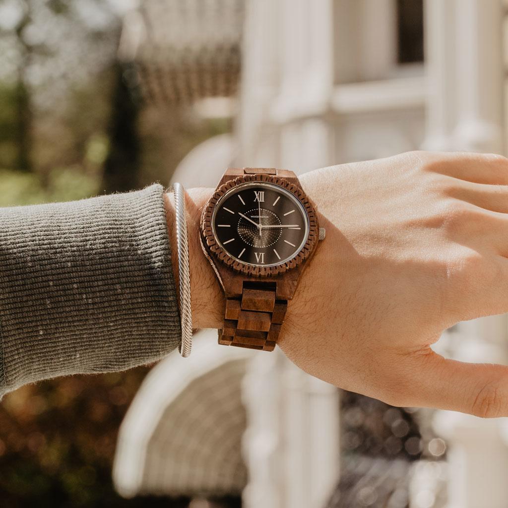 Det ultimata miljövänliga armbandsuret. Våra SOLAR armbandsur kan konvertera alla typer av ljus till elektricitet, så att du aldrig behöver byta batteri eller tänka på att ladda klockan. GRAND SOLAR Protostar är tillverkad i nordamerikanskt valnötsträ och