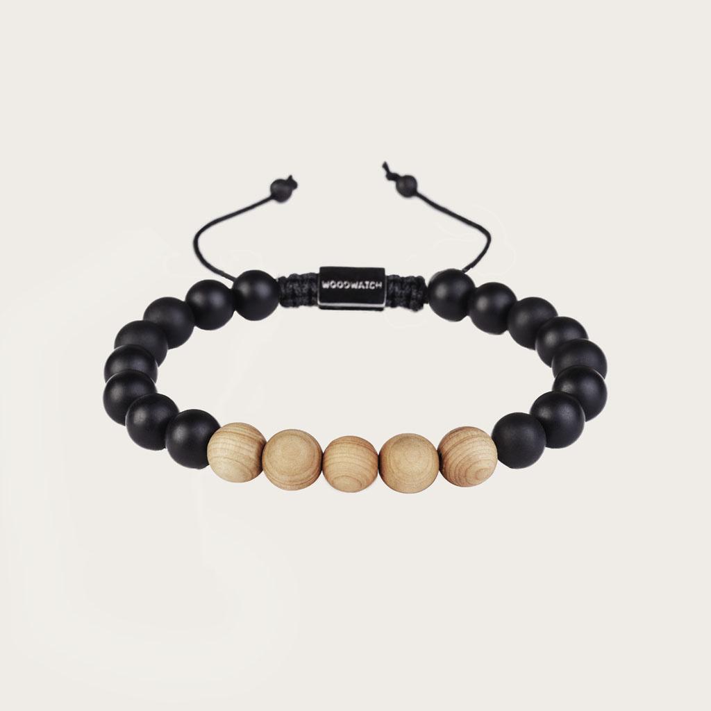 Vårt handgjorda Pinewood Agate Beads Bracelet består av en kombination av 8 mm pärlor av furu och agatpärlor. Detta armband är justerbart och passar de flesta handleder. Den perfekta accessoaren till varje WoodWatch.