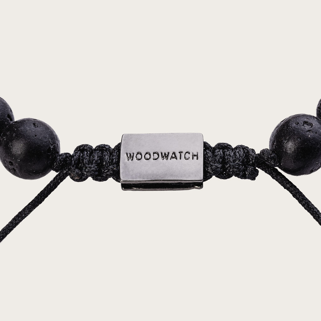 Vårt handgjorda Sandalwood Volcanic Beads Bracelet består av en kombination av 8 mm pärlor av sandal och vulkaniskapärlor. Detta armband är justerbart och passar de flesta handleder. Den perfekta accessoaren till varje WoodWatch.