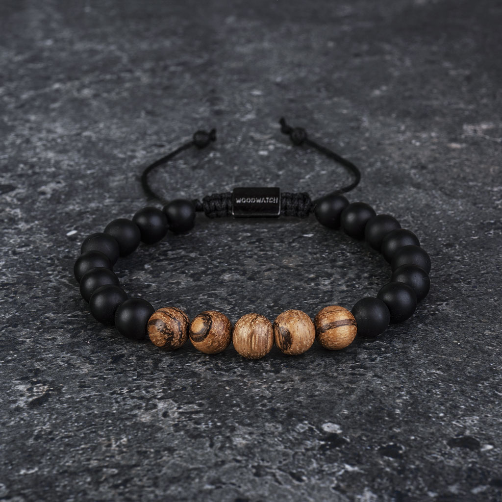 Vårt handgjorda Sandalwood AgateBeads Bracelet består av en kombination av 8 mm pärlor av sandal och agatpärlor. Detta armband är justerbart och passar de flesta handleder. Den perfekta accessoaren till varje WoodWatch.