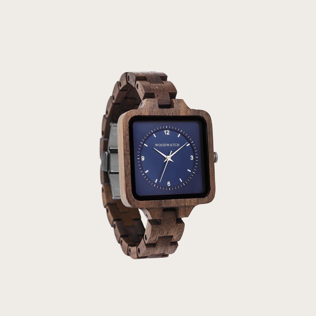 Uret Sapphire Sky fra SQUARE Kollectionen kommer med en eksklusiv, firkantet urkasse på 36 mm, kombineret med en blå skive i to lag med to visere. Det unikt designede ur består af naturlige materialer, som fx valnøddetræ fra Nordamerika med sølvdetaljer o