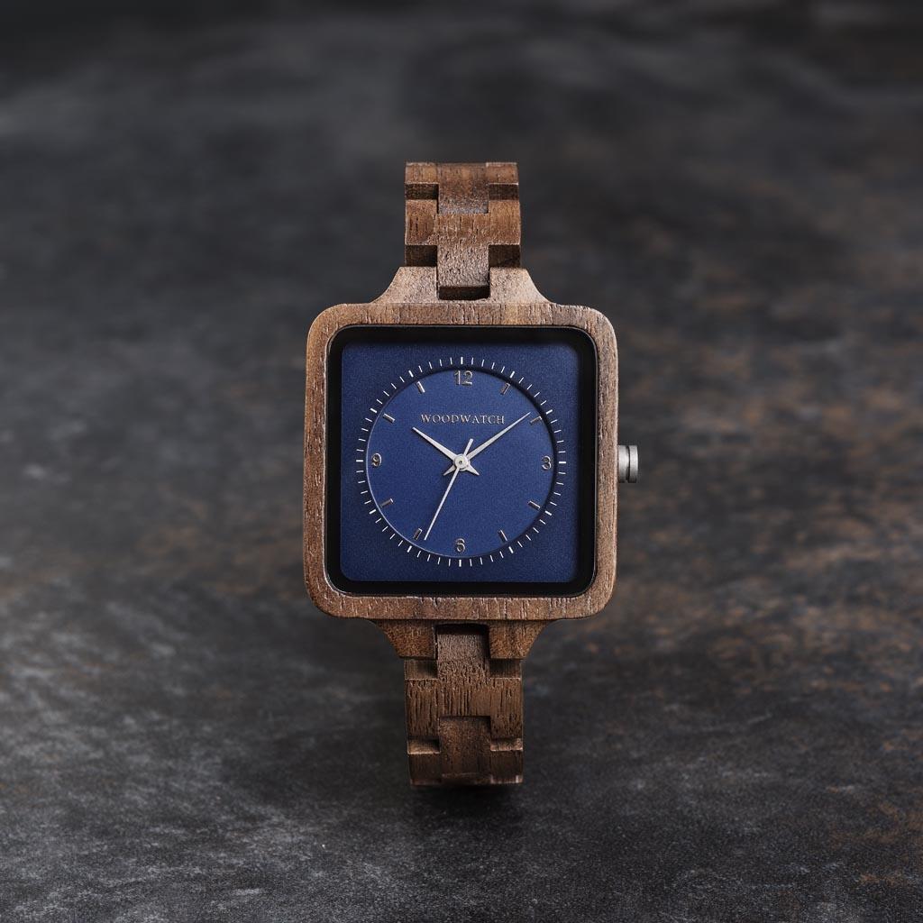 Sapphire Sky från SQUARE Kollection har en exklusiv 36 mm fyrkantig boett med en blå urtavla i två skikt. Denna unikt designade klocka består av naturligt valnötsträ från Nordamerika med silverdetaljer och är handgjord till perfektion.