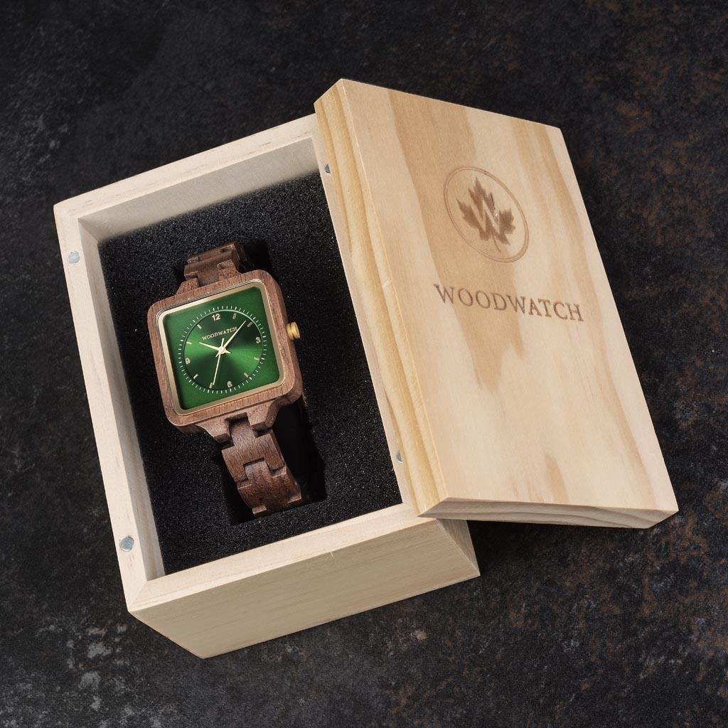 Emerald Hill från SQUARE Kollection har en exklusiv 36 mm fyrkantig boett med en grön urtavla i två skikt. Denna unikt designade klocka består av naturligt valnötsträ från Nordamerika med silverdetaljer och är handgjord till perfektion.