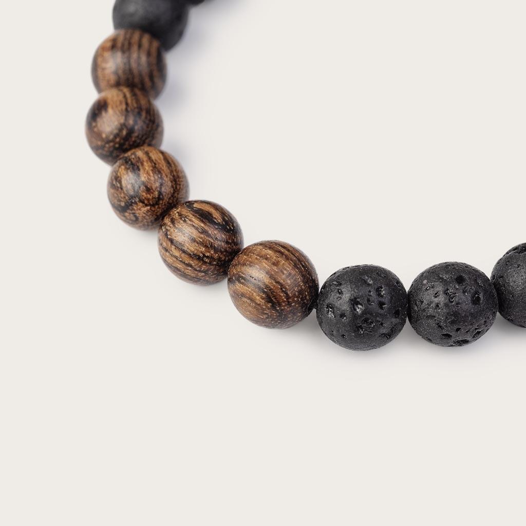 Vårt handgjorda Rosewood Volcanic Beads Bracelet består av en kombination av 8 mm pärlor av rosenträ och vulkaniskapärlor. Detta armband är justerbart och passar de flesta handleder. Den perfekta accessoaren till varje WoodWatch.
