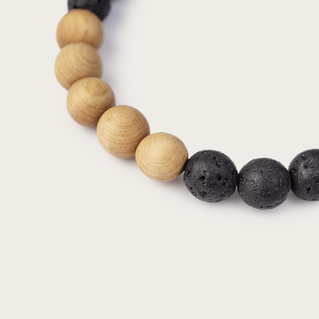 Vårt handgjorda Pinewood Volcanic Beads Bracelet består av en kombination av 8 mm pärlor av furu och vulkaniskapärlor. Detta armband är justerbart och passar de flesta handleder. Den perfekta accessoaren till varje WoodWatch.