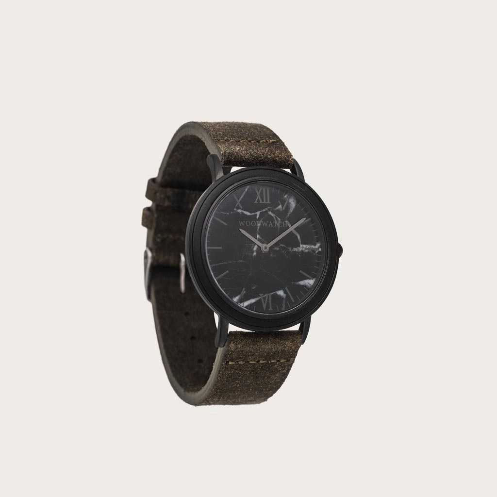 Khaki-armbandet är tillverkat av genuint läder och har ett naturligt färgat metallspänne i beige nyans. Khaki-armband 18mm passar 40mm MINIMAL-kollektionen och CHRONUS-kollektionen.