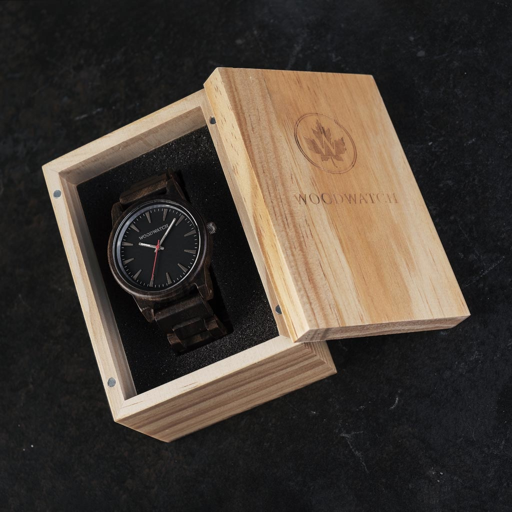 Cypher Sandal har en moderniserad minimal grå urtavla med djärva detaljer i en boett på 45 mm. En oumbärlig klocka som kombinerar naturligt trä med rostfritt stål och safirbelagt glas. Cypher Sandal är handgjord av naturligt Sandelträ.