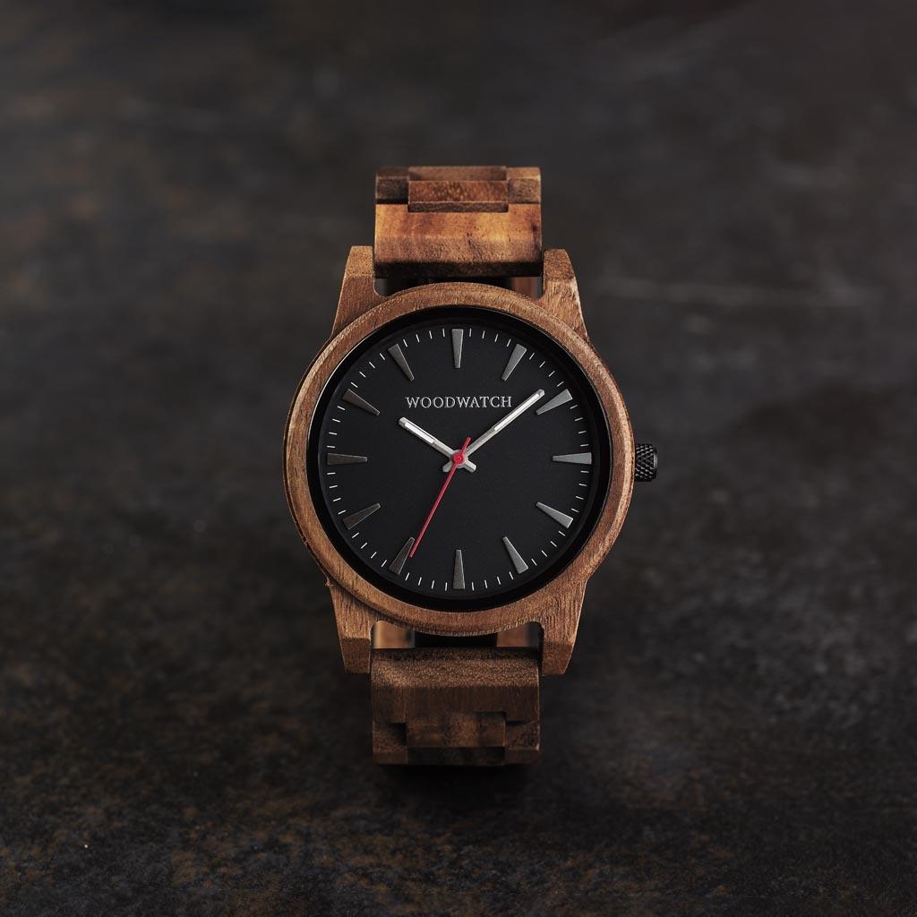 Aero Acacia har en moderniserad minimal grå urtavla med djärva detaljer i en boett på 45 mm. En oumbärlig klocka som kombinerar naturligt trä med rostfritt stål och safirbelagt glas.Aero Acacia är handgjord av naturligt akacia trä.