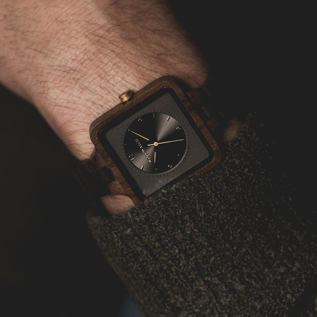Uret Dark Origin fra SQUARE Kollectionen kommer med en eksklusiv, firkantet urkasse på 36 mm, kombineret med en antracitgrå skive i to lag med to visere. Det unikt designede ur består af naturlige materialer, som fx sort sandeltræ fra Østafrika med gyldne