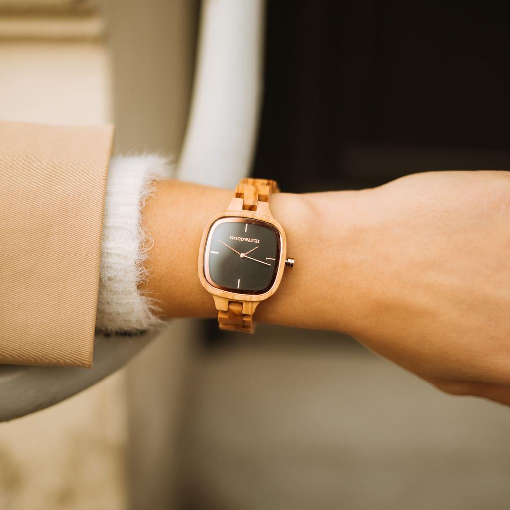 En modeikon som varar.CITY Icon har ett fyrkantig boett med en svart urtavla och detaljer i roséguld.Klockarmbandet är tillverkat av naturligt olivträ som har handkarvats till perfektion för att skapa vår senaste design av smala armband.
