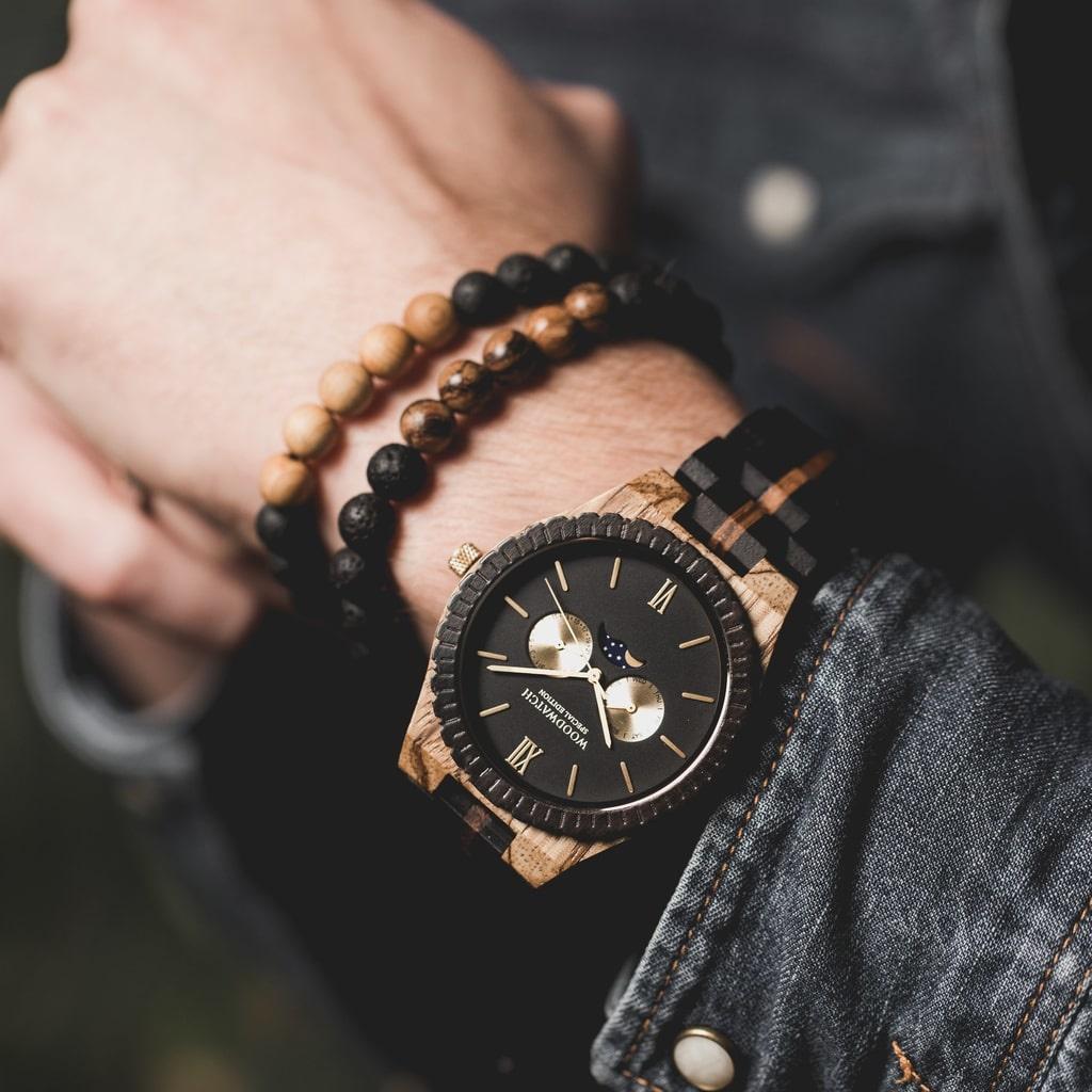 Fås nu i et begrænset antal. Det er håndlavet i en unik kombination af ibenholt fra det østlige Afrika, zebratræ fra det vestlige Afrika og har gyldne detaljer. Der er kun 100 eksemplarer, og dette design bliver ikke lavet igen. Hvert ur er unikt nummerer