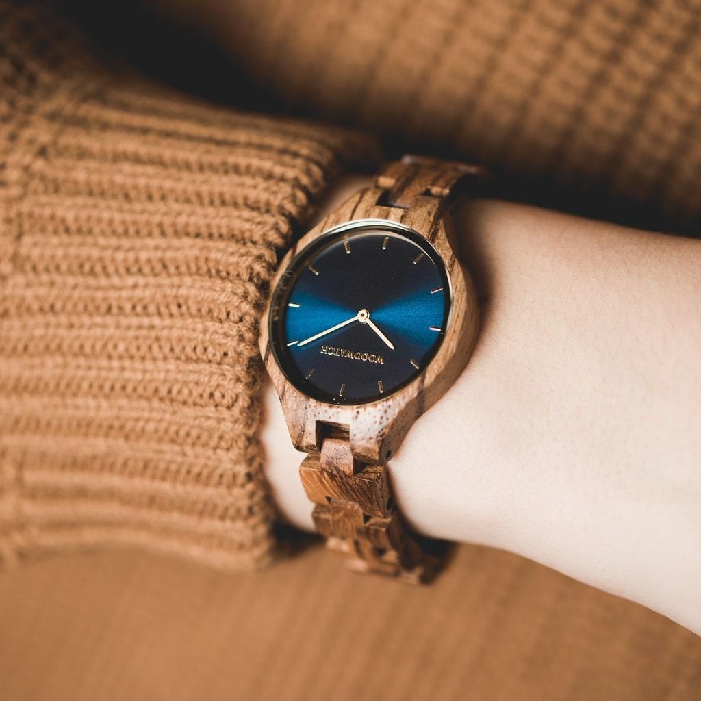 AURORA Kollektionen er inspireret af den friske, skandinaviske natur og utrolige nordiske himmel. Det fjerlette ur er fremstillet af Vestafrikansk zebratræ en og har en blå urskive med sølvfarvede detaljer.<br /> Uret fås med en rem af træ eller af læder.