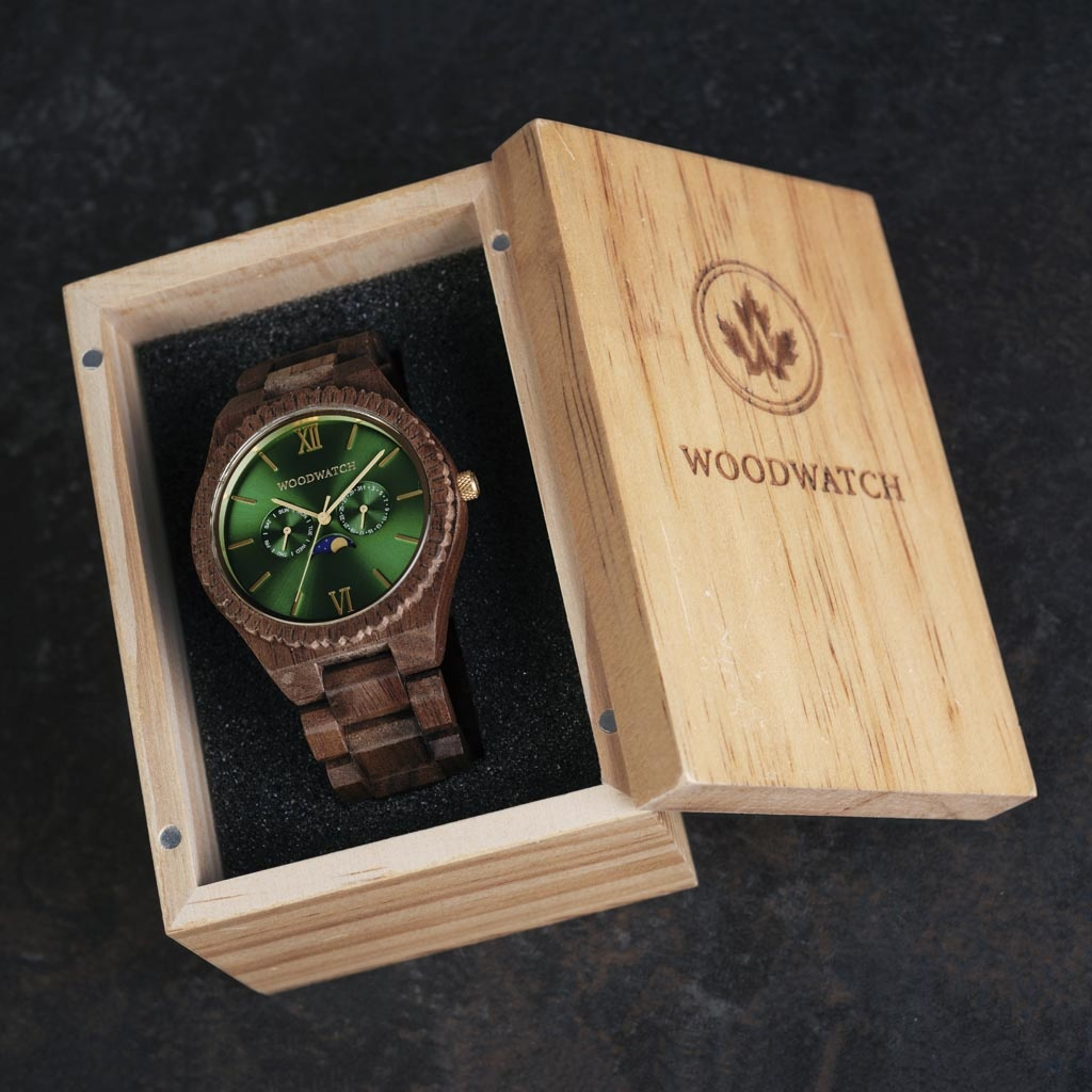 Denna premiumdesignade klocka med månfas kombinerar unika nya träslag med en lyxig urtavla och bakboett i rostfritt stål. I hjärtat av klockan slår ett helt nytt multifunktionellt urverk med två extra urtavlor för vecka och månad tillsammans med den månfa