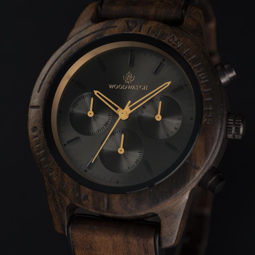 CHRONUS-kollektionen Dark Eclipse har en klassisk SEIKO VD54-kronografrörelse, repbeständigt safirbelagt glas och länkar förstärkta med rostfritt stål. Klockan är gjord av grönt sandelträ och har en svart urtavla med gyllene detaljer. Handgjord till perfe