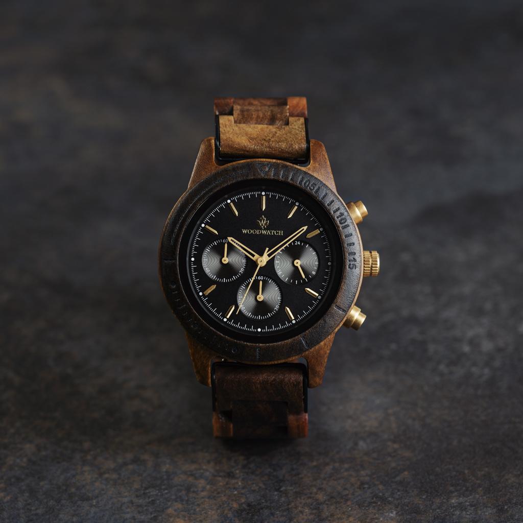 CHRONUS-kollektionen Cosmic Night har en klassisk SEIKO VD54-kronografrörelse, repbeständigt safirbelagt glas och länkar förstärkta med rostfritt stål. Klockan är gjord av svart sandelträ och har en svart urtavla med gyllene detaljer. Handgjord till perfe
