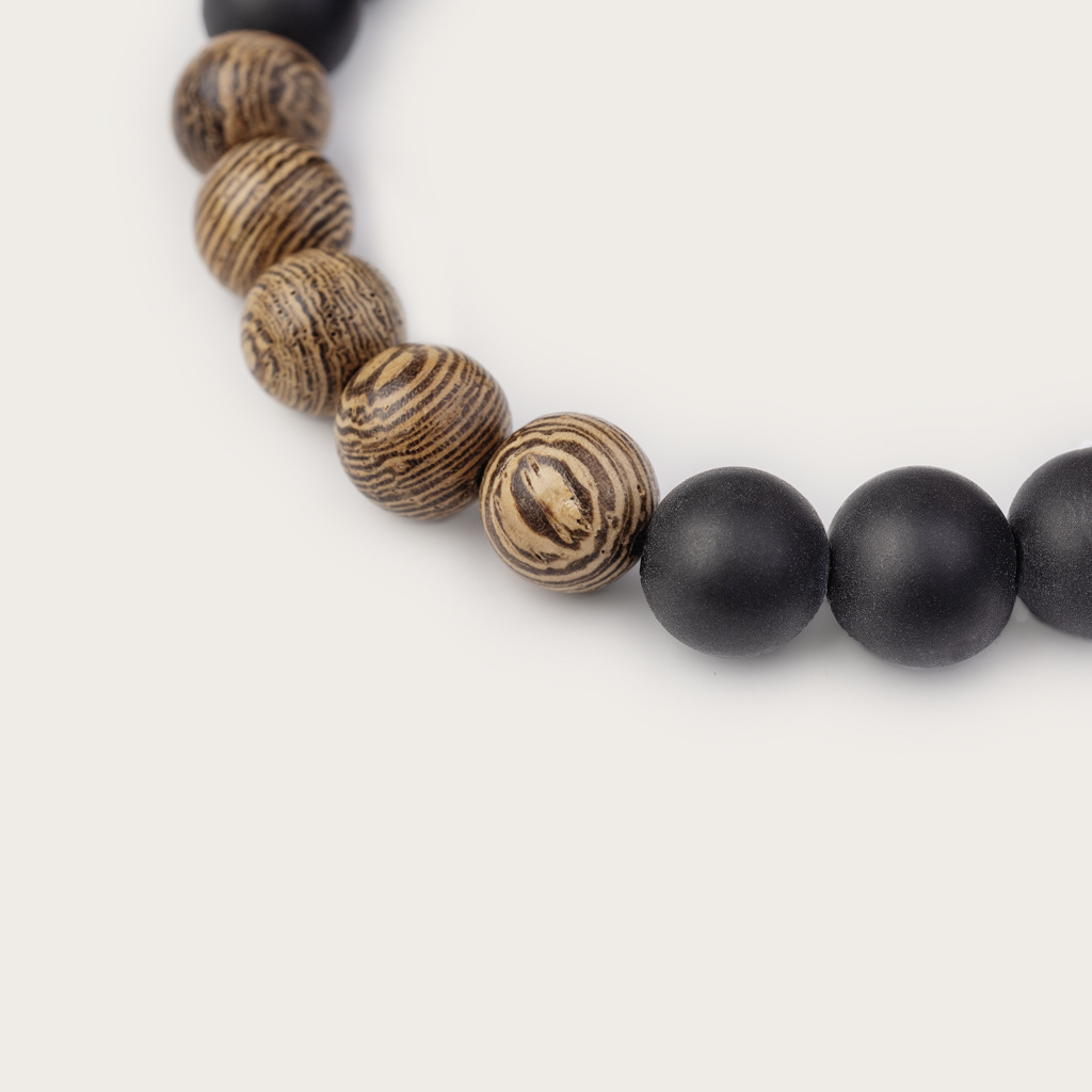 Vårt handgjorda Wengewood Agate Beads Bracelet består av en kombination av 8 mm pärlor av furu och agatpärlor. Detta armband är justerbart och passar de flesta handleder. Den perfekta accessoaren till varje WoodWatch.