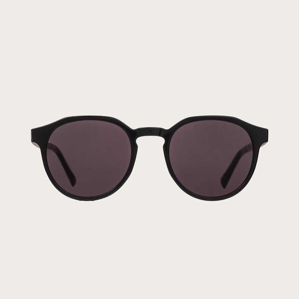 REVELER All Black har en stilren geometrisk svart båge med svarta linser. Gjorda av hållbart italienskt Mazzucchelli bio-acetat med handbehandlade naturliga skalmar av rosenträ och svarta ändar av acetat. Bioacetat är tillverkat av bomull och organiska ha