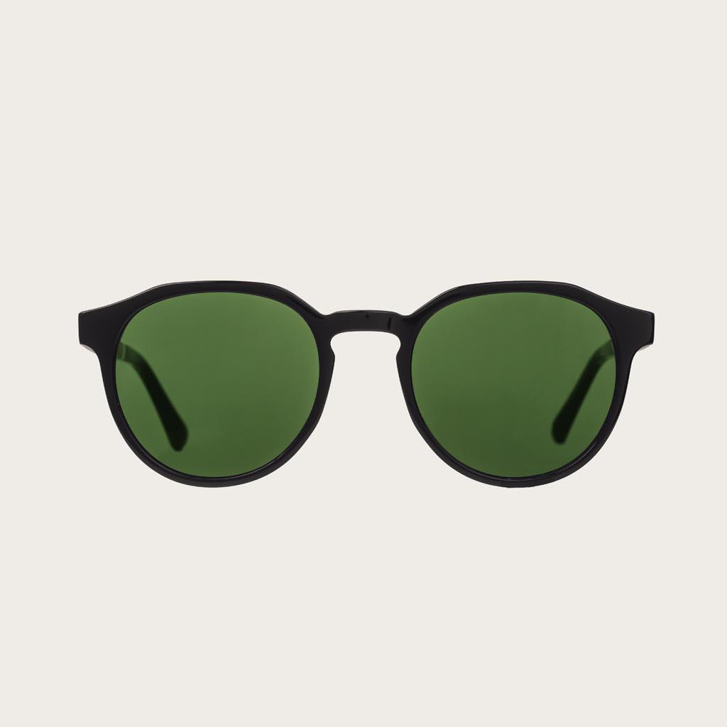 REVELER Black Camo har en stilren geometrisk svart båge med gröna kamoflagefärgade linser. Gjorda av hållbart italienskt Mazzucchelli bio-acetat med handbehandlade naturliga skalmar av rosenträ och svarta ändar av acetat. Bioacetat är tillverkat av bomull