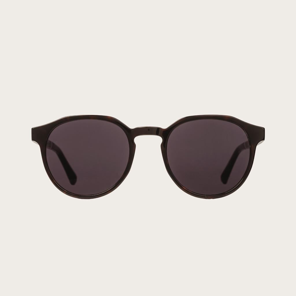 REVELER Forever Havanas Black har en stilren geometrisk mörkbrunt sköldpaddsmönstrad båge med svarta linser. Gjorda av hållbart italienskt Mazzucchelli bio-acetat med handbehandlade naturliga skalmar av ebenholts och sköldpaddsmönstrade ändar av acetat. B