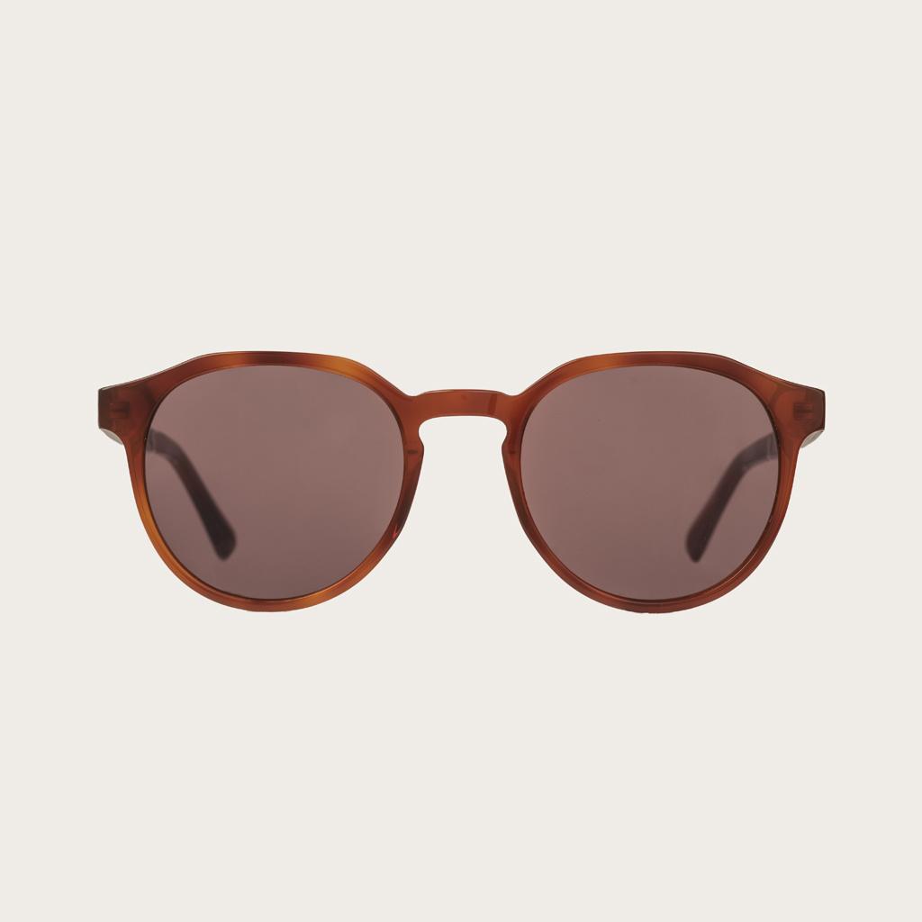 REVELER Classic Havanas Brown har en stilren geometrisk mörkgult sköldpaddsmönstrad båge med mocca-bruna linser. Gjorda av hållbart italienskt Mazzucchelli bio-acetat med handbehandlade naturliga skalmar av ebenholts och sköldpaddsmönstrade ändar av aceta
