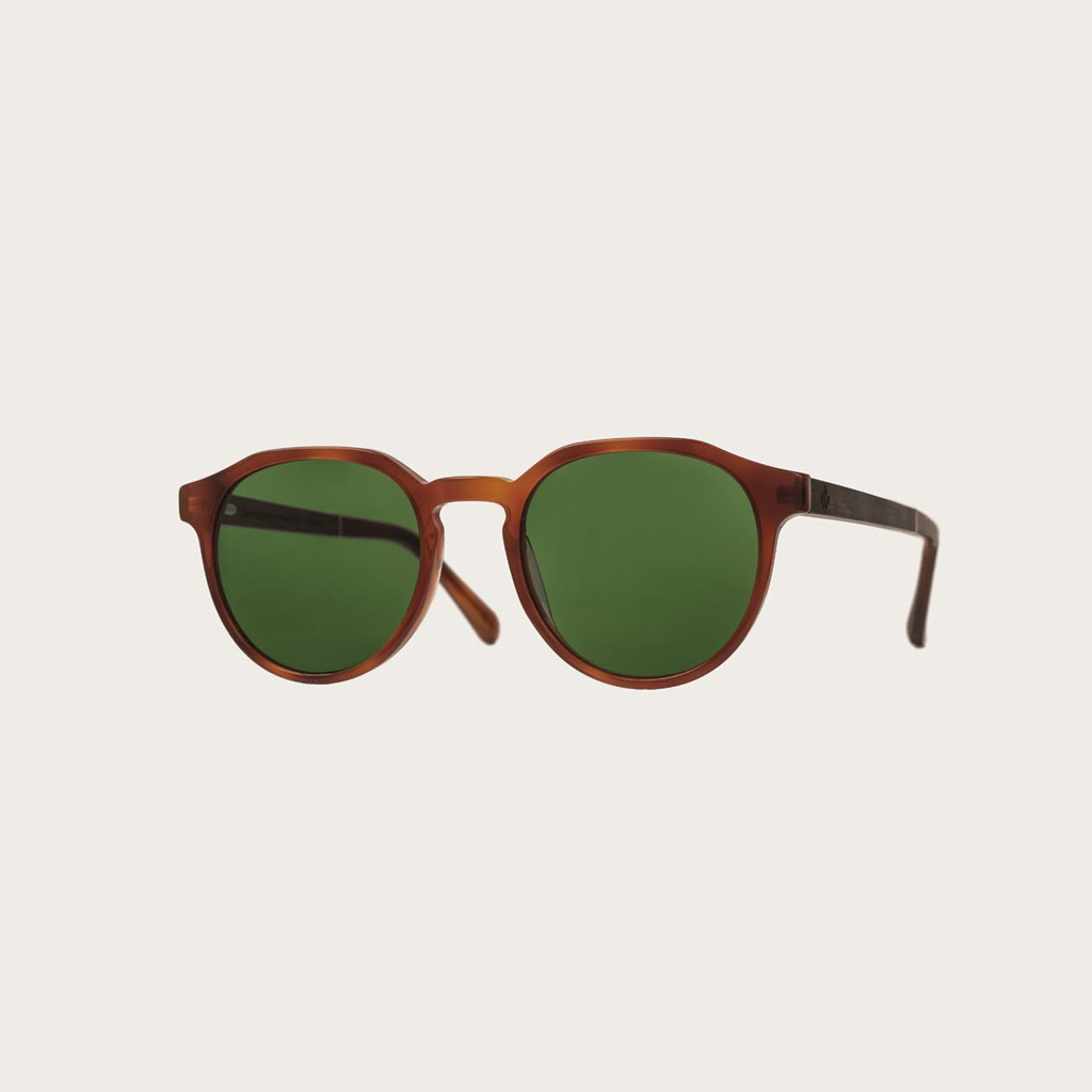 REVELER Classic Havanas Camo har en stilren geometrisk mörkgult sköldpaddsmönstrad båge med gröna kamoflagefärgade linser. Gjorda av hållbart italienskt Mazzucchelli bio-acetat med handbehandlade naturliga skalmar av ebenholts och sköldpaddsmönstrade ända