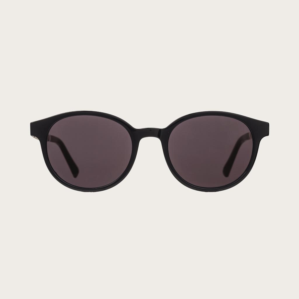 SOHO All Black har en oval svart båge med svarta linser. Gjorda av hållbart italienskt Mazzucchelli bio-acetat med handbehandlade naturliga skalmar av rosenträ och svarta ändar av acetat. Bioacetat är tillverkat av bomull och organiska hartser vilket gör