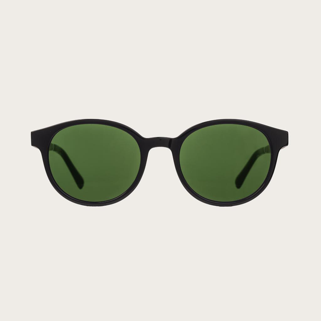 SOHO Black Camo heeft een ovaal zwart montuur met camo groene glazen. Gemaakt van duurzaam Mazzuchelli bio-acetaat uit Italië en handmatig afgewerkt met natuurlijke rozenhouten poten met zwarte uiteinden van acetaat. Bio-acetaat is gemaakt van katoen en n