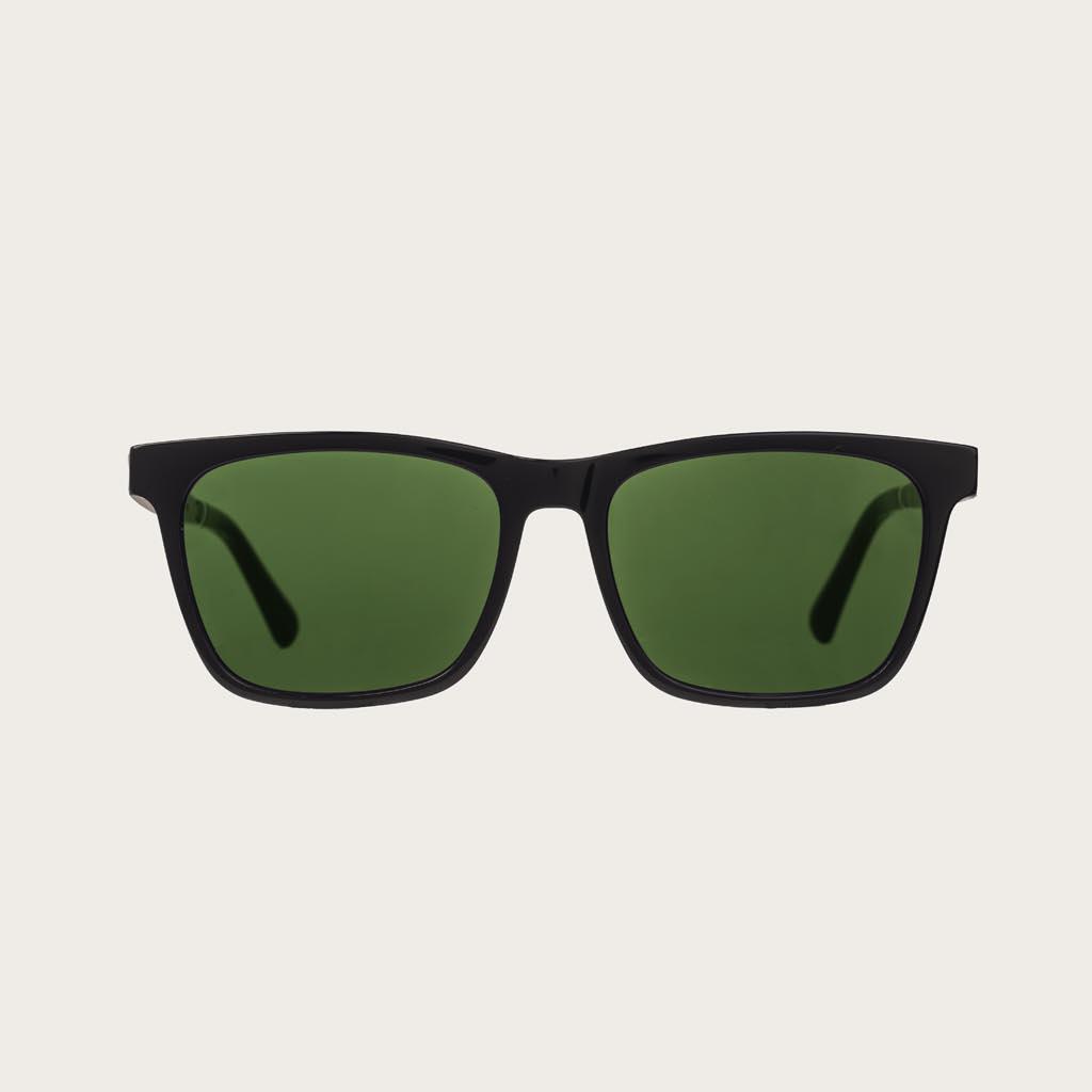 BROOKLYN Black Camo heeft een rechthoekig zwart montuur met camo groene glazen. Gemaakt van duurzaam Mazzuchelli bio-acetaat uit Italië en handmatig afgewerkt met natuurlijke rozenhouten poten met zwarte uiteinden van acetaat. Bio-acetaat is gemaakt van k