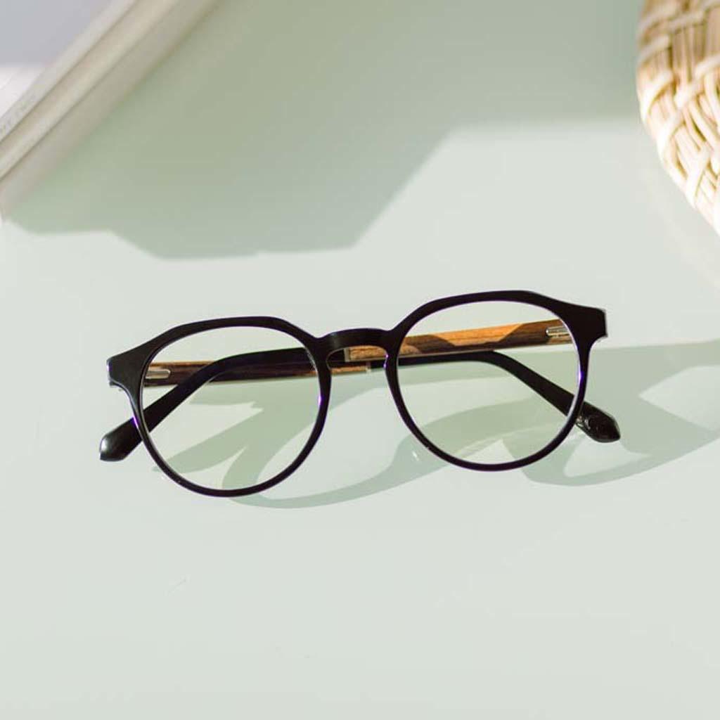 Filtrerar bort skadligt blått ljus som kan orsaka ögontrötthet, huvudvärd och dålig sömn. REVELER Black svart båge och är gjord av hållbart italienskt Mazzucchelli bio-acetat med handbehandlade naturliga skalmar av rosenträ och svarta ändar av acetat. Bio