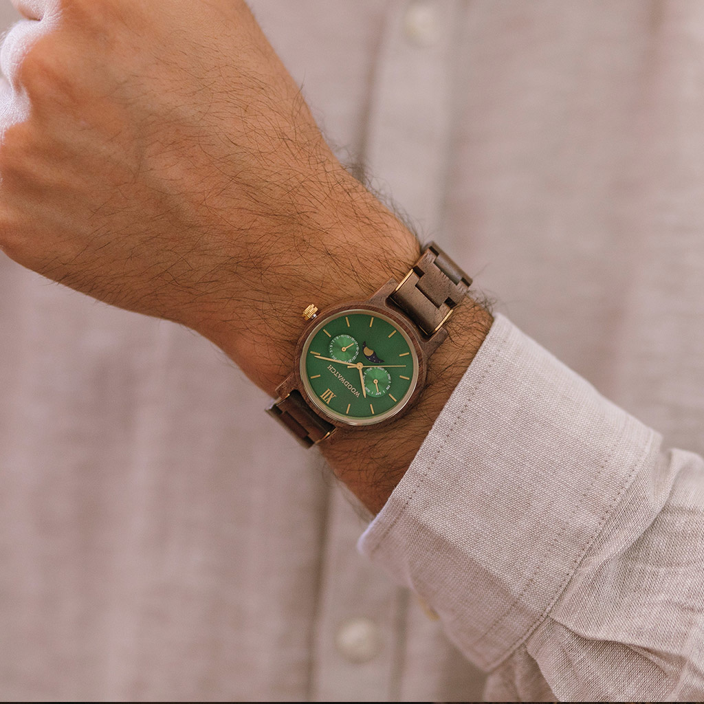CLASSIC Kollektionen är en sofistikerad nytolkning av WoodWatchs klassiska design. Den tunna boetten ger ett elegant uttryck samtidigt som klockorna är försedda med en unik månfaskalender och två extra urtavlor för vecka och månad.CLASSIC Hunter är tillv