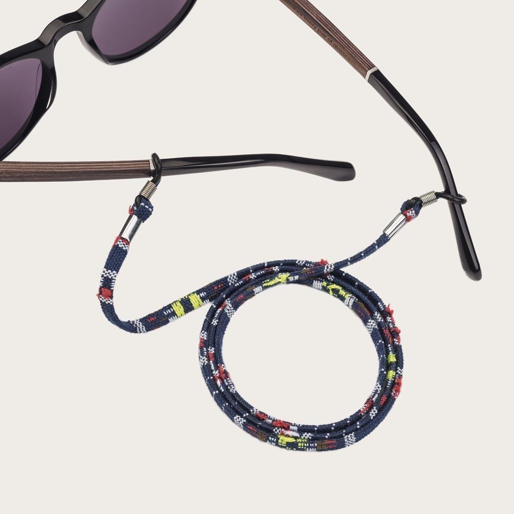 Är du trött på att tappa eller krossa dina glasögon eller solglasögon? Vi skyddar dina glasögon på ett moderiktigt sätt. Utstrålar elegans, denna modern, marinsnodd med färggranna detaljer kan matchas med dina WoodWatch-glasögon eller fäst den till dina e