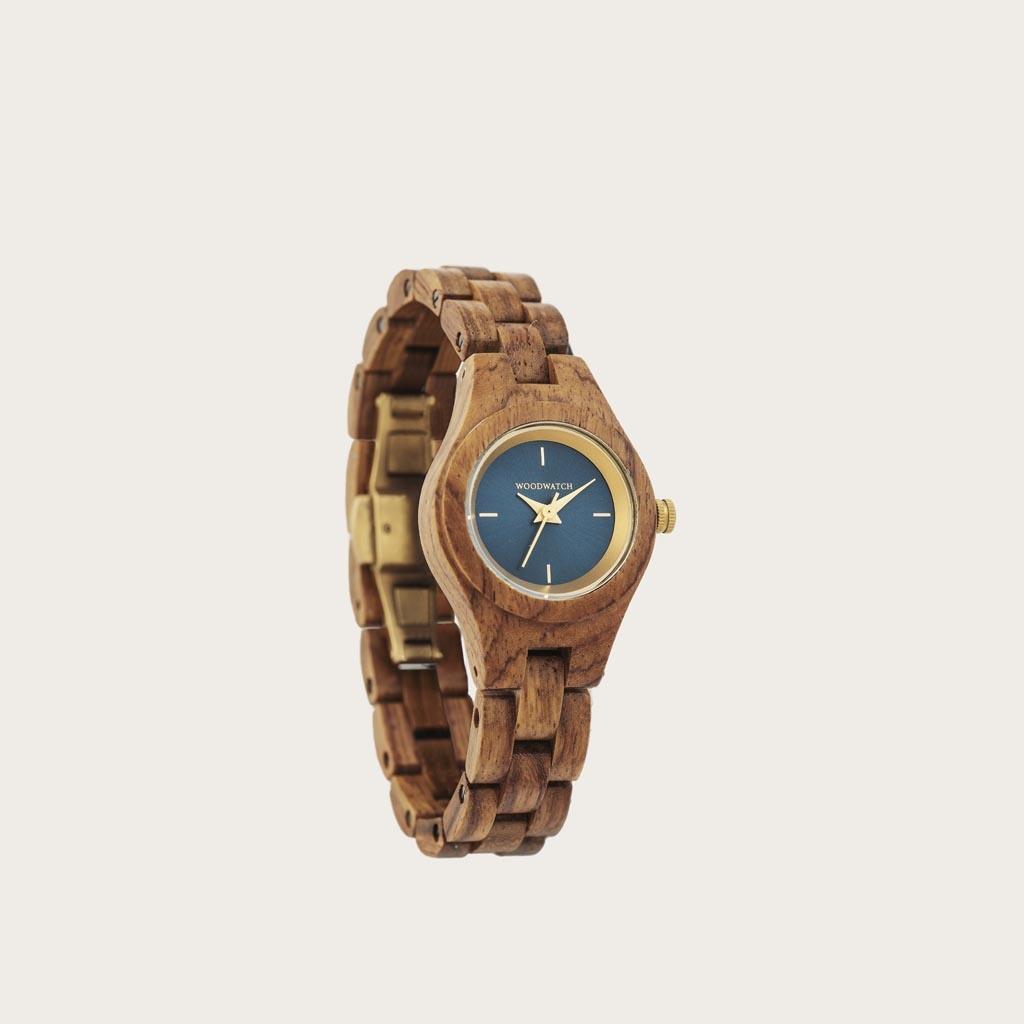 Bluestar-klockan från FLORA Collection består av mjukt kosso-trä som har handarbetats till att bli otroligt tunt. Bluestar har en mörk marinblå urtavla med guld-färgade detaljer.