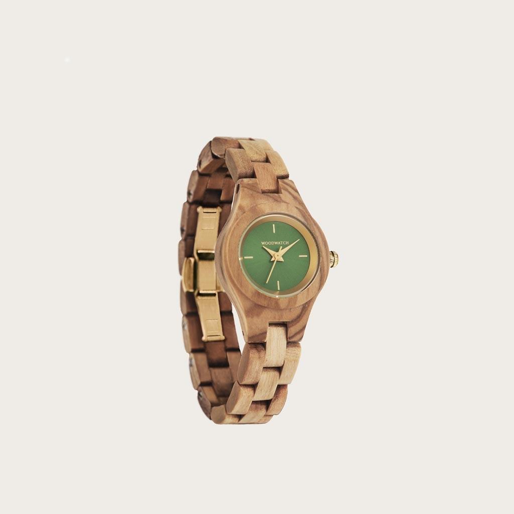 Dahlia-klockan från FLORA Collection består av mjukt olivträ som har handarbetats till att bli otroligt tunt. Dahlia har en grön urtavla med guld-färgade detaljer.