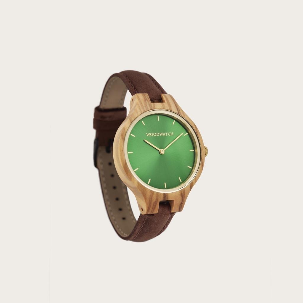 Pecan-armbandet är tillverkat av genuint läder och har ett naturligt färgat metallspänne i ljusbrun nyans.Pecan-armband 14mm passar AURORA Kollektionen.