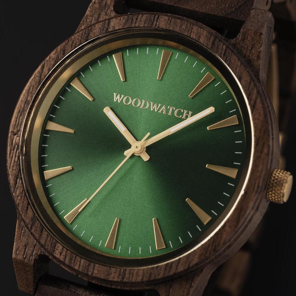 Camo Walnut har en moderniserad minimal grön urtavla med djärva detaljer i en boett på 45 mm. En oumbärlig klocka som kombinerar naturligt trä med rostfritt stål och safirbelagt glas. Deep Ocean är handgjord av amerikanskt valnötsträ.