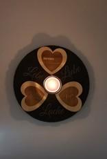 Gestalte Deinen modernen Kerzenhalter aus Schiefer und mit Herzen aus Holz mit deiner Wunsch Gravur! Unser Konfigurator hilft dir die richtigen Grafiken und Texte zu finden.