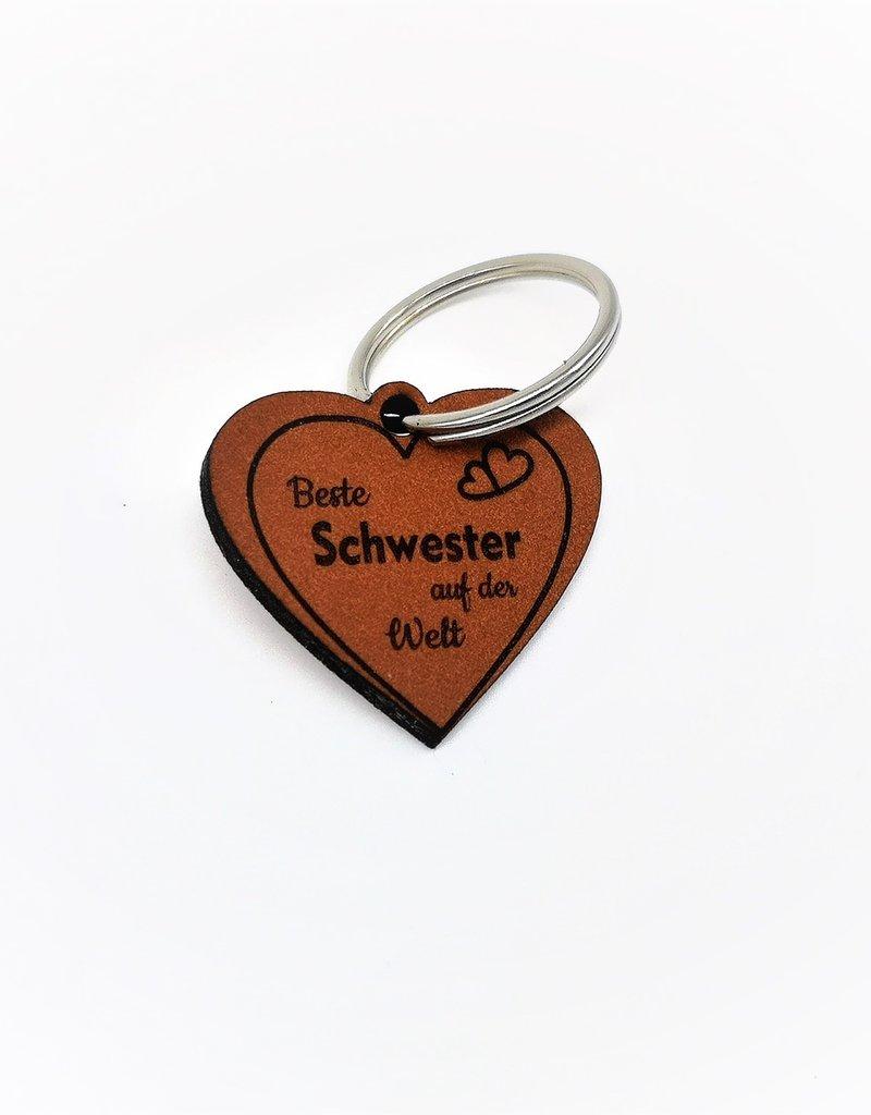 Mache deiner Schwester eine Freude mit unserem tollen Schlüsselanhänger aus Leder mit Gravur!