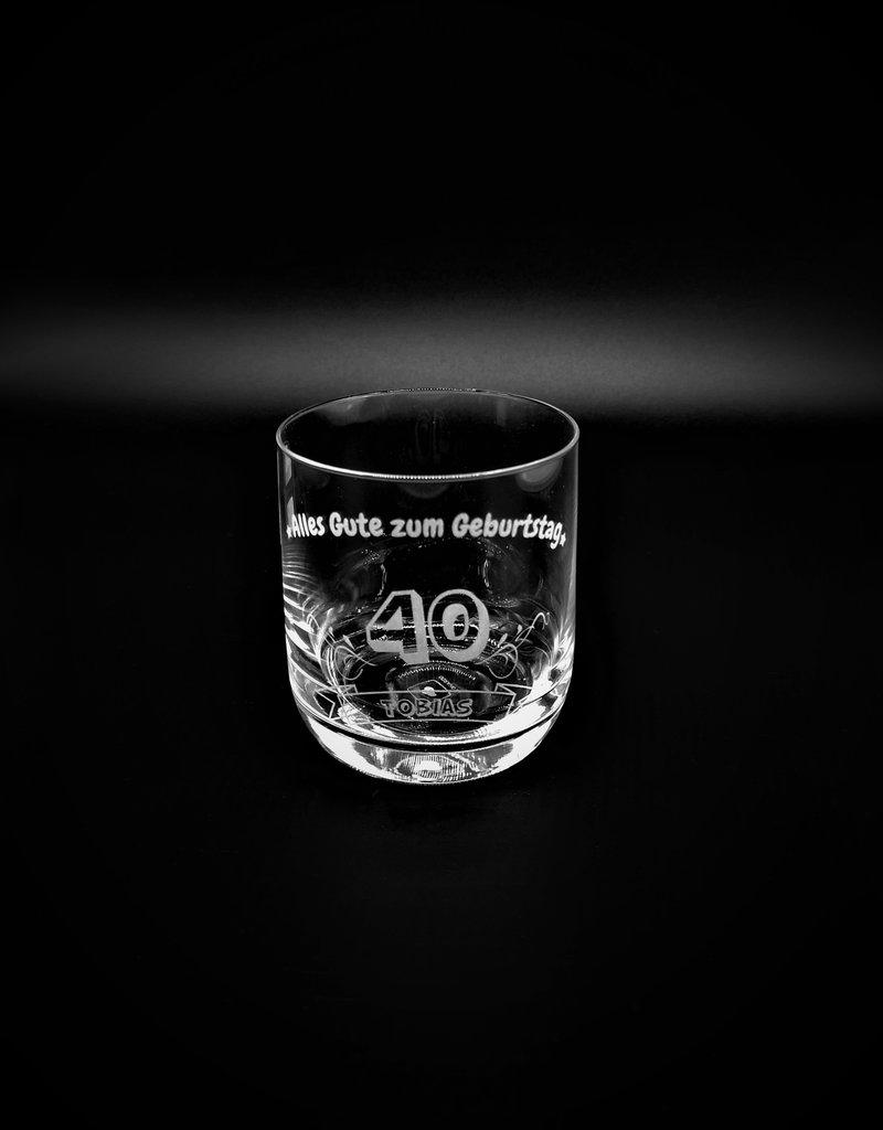 Whiskey genießen aus dem Whiskeyglas mit persönlicher Gravur ...